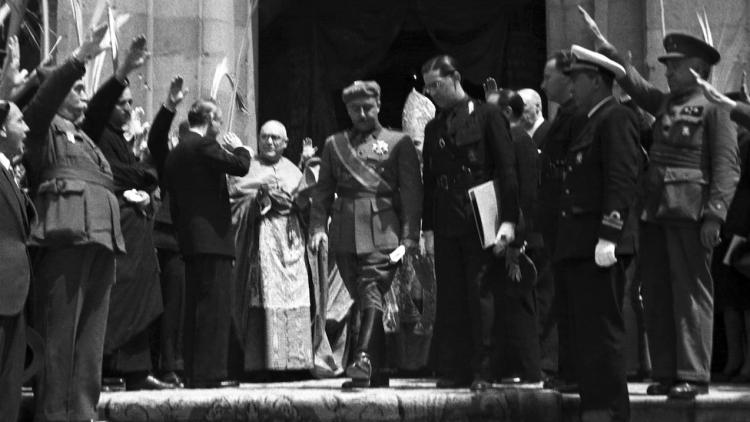 Franco surt de l'església de Santa Bàrbara, al convent de les Saleses, el 20 de maig de 1939, després de la benedicció del Cardenal Gomà. EFE